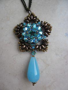 Ciondolo Fiordaliso realizzato in cristalli swarovski, perle, superduo, rocailles e decorato con pendente in pietra dura a forma di goccia. Fiordaliso Pendant. link tutorial: https://www.facebook.com/media/set/?set=a.667271183388669.1073741850.517689881680134&type=3