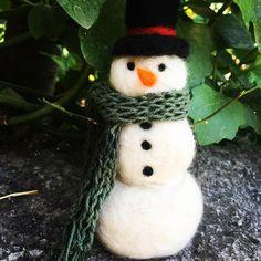 Mono de nieve de fieltro agujado con tejido a palillo Clases de fieltro grupal los sábados de 10 a 13:30hrs!