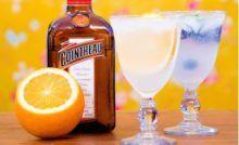 21 receitas de drinks com Curaçau Blue para bebidas mais coloridas Caipirinha Drink, Hot Sauce Bottles, Vodka Bottle, Beverages, Drinks, Kefir, Cocktails, Tableware, Orange Blossom