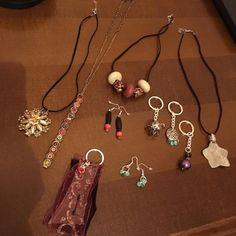 Collane, braccialetti, portachiavi, orecchini con pezzi di bigiotteria rotta o passata di moda, con vecchie cinture
