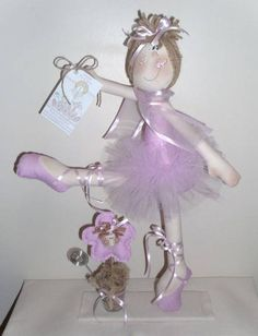 Bailarina confeccionada em tecido 100% algodão, é um porta recados. Tambem pode ser usada como enfeite de porta de maternidade, e feitas como lembrancinhas com 15cm de altura. Tambem disponivel em Kit, com dvd do pap. R$ 82,72