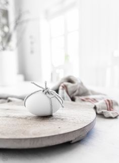 Easter is a colorful spring celebration but what if you like calmer colors and no excessive décor? Decorate your home in minimalist style for Easter! Happy Easter, Easter Bunny, Easter Eggs, Spring Decoration, Diy Ostern, Easter Celebration, Easter Table, Easter Crafts, Easter Decor