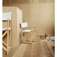 El arquitecto y diseñador de muebles Morgens Koch diseñó una versión pequeña para niños de su diseño icónico Folding Chair. Se encuentra en madera de haya aceitada y tela de algodón en el asiento y respaldo.