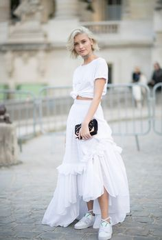 Sarah Ellen stuns as she rubs shoulders with celebs in Paris The queen of street style: Sarah Ellen, cut a casual-chic figure in a floor-length lace skirt, T-shirt, and sneakers on Thursday while at Paris Fashion Week Style Désinvolte Chic, Street Style Chic, Spring Street Style, Mode Style, Street Style Fashion Week 2018, Street Fashion, Style Summer, White Fashion, Look Fashion