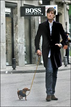 Luis Medina paseando con su perrita Tula.