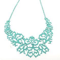 Le collier est idéal pour accessoiriser la tenue. Ce superbe collier plastron fantaisie vous amène un look chic et mode dans toutes les conjonctures. Collier offert par lot de 24 pièces sur notre grossiste en ligne. Couleurs assorties.