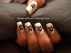 Motivo de flor con nail art bouillons en oro -Aerografía 112 Airbrush Nail Art, Wide Nails, Manicure E Pedicure, Nail Designs, Yahoo Search, Image Search, Nailart, Beauty, Airbrush Nails