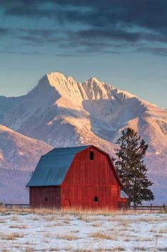 Country Winter / Amazing barn in the valley in Montana Farm Barn, Old Farm, Barn Pictures, Country Barns, Country Life, Country Living, Country Roads, Barns Sheds, Country Scenes
