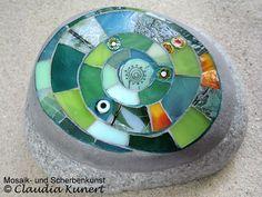 Kleines Mosaik auf einem Stein, stained glass mosaic on beach rock by Scherbenzauber