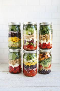 Im Glas werden die Salat-Zutaten auf bestimmte Weise geschichtet