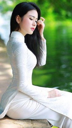 Beautiful and Sexy Babes! Share the beauty and love. Ao Dai, Vietnam Girl, Vietnamese Dress, Beautiful Asian Women, Sensual, Traditional Dresses, Malta, Asian Woman, Asian Beauty