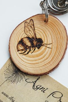 Holz Hummel Schlüsselanhänger, original Pyrographie Kunst Bienen Keyfob These beautiful little tree slices are smooth and hand burned with my own bee design. Each keychain is unique and is burned enti Wood Burning Crafts, Wood Burning Patterns, Wood Burning Art, Wood Crafts, Diy Crafts, Wood Burning Projects, Paper Crafts, Handmade Christmas Gifts, Handmade Home