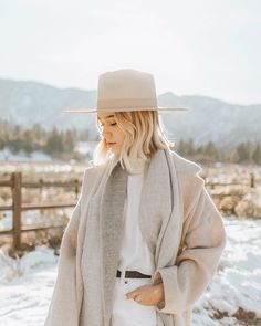 neutrals - white pants - beige coat - beige hat - Another pretty day in the mountains Winter Wear, Autumn Winter Fashion, Fall Fashion, Fashion Group, Fashion Outfits, Luxury Lifestyle Fashion, Quoi Porter, Winter Photos, Style Guides
