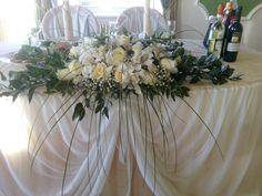 Композиция на президиум. Африканские розы Принцесса, белые ирисы, гипсофила, салал, эвкалипт николи, бергас, питоспорум нигра.