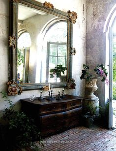 Antique Shops & Designers mag via Cote de Texas Classic Decor, Brick Flooring, Beautiful Mirrors, Entry Hall, French Country Style, Italian Style, French Decor, Elegant Homes, Home Living