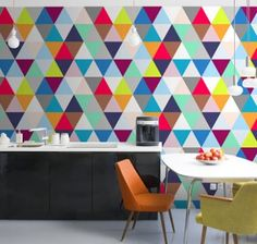 geometrische-muster-als-wanddekoration-küche-farbige-dreiecke