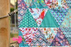 Letzte Woche habe ich eine Babydecke aus 77 Dreiecken genäht. Im Vorfeld habe ich überlegt, wie groß die Decke in etwa werden soll, eine Sc...