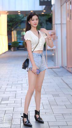微博 Cute Asian Girls, Beautiful Asian Girls, Motorbike Girl, Cute Japanese Girl, Fashion Shoot, Asian Beauty, High Waisted Skirt, Street Style, Legs