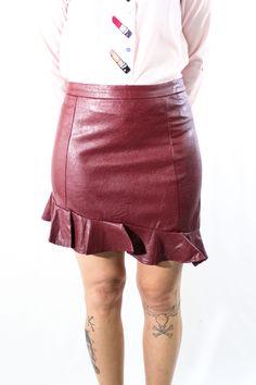 ¡La falda que llevas buscando tiempo! Nos sienta genial para este invierno con cualquier cosita y además es especial, es asimétrica y con volantes.