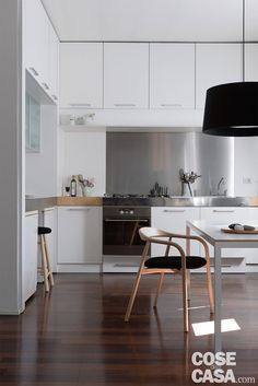 95+15 mq - L'appartamento, ingrandito dal soppalco mansardato di nuova costruzione, sfrutta nicchie e altezze, e crea ambienti luminosi aperti e funzionali, soluzioni da copiare utili in qualunque casa.