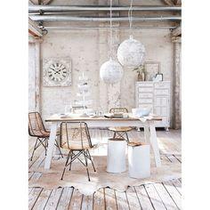 Modernes Design, elegant dekorativ: formschöner Stuhl mit grazilem Metallgestell in Weiß, Sitzfläche und Rückenlehne sind aus feinen Bambusstreben gefertigt.