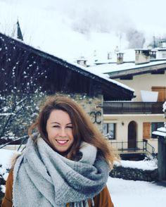 Happiness  #megevemoments Megève // impossible de décrire le bonheur d'être ici tellement il est grand . Je profite de chaque moment à @megeve_officiel avec la neige qui tombe non-stop. Un vrai rêve éveillé  lisez-vous ma joie à travers mon sourire ?