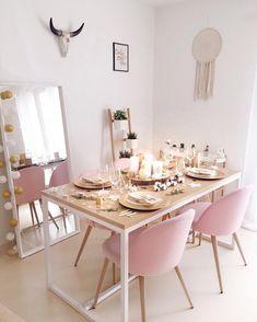 o m e ☁️✨📸 Si vous souhaitez retrouver les détails de cette photo vous avez juste à cliquer sur le lien dans ma bio afin de pouvoir Dinning Table, Dining Room, Pink Home Decor, Pink Houses, My Room, Projects To Try, Table Settings, Inspiration Design, Table Decorations
