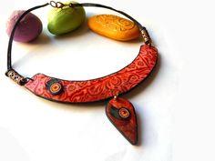 plastron1 Polymer Clay Bracelet, Polymer Clay Beads, Jewelry Art, Jewellery, Jewelry Necklaces, Metal Clay, Clay Creations, Glass Beads, Jewelry Making