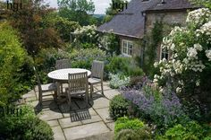 Small country patio area complementing the adjacent country style cottage | #countrygarden #countrycottage