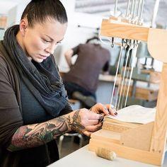 Höchste Konzentration beim Binden einer Faksimile-Ausgabe #buchbindehandwerk…