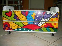 @teliê recicleYdecore. pela arte e pela harmonia. com: caixas de banana recicle! com lindas releituras de Romero Britto. Práticas e ecologicamente responsáveis!