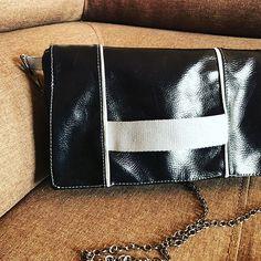 LCdC - Les Créas de Chacha sur Instagram: Mon premier #cachotin de @patrons_sacotin en mode pochette de soirée classe simili noir brillant, doublure satinée , sangle et passepoil…