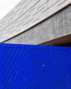 Le Silence Surprend Blue Pictures, Storage Boxes, Garage Doors, Louvre, Construction, Studio, Building, Instagram Posts, Outdoor Decor