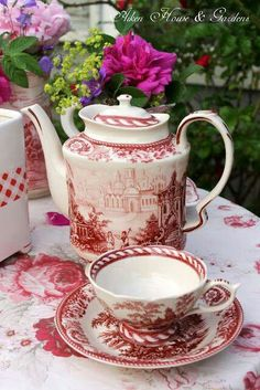 Red and white tea set. Café Vintage, Vintage Dishes, Vintage China, Pause Café, Teapots And Cups, My Cup Of Tea, Tea Service, Chocolate Pots, High Tea