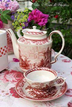 Red and white tea set. Café Vintage, Vintage Dishes, Dresser La Table, Pause Café, Cuppa Tea, Teapots And Cups, Tea Service, My Cup Of Tea, Chocolate Pots