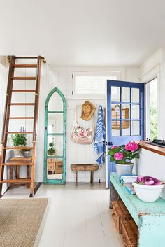 How One Couple Turned an Old Fishing Shack Into a Stunning Summer Retreat — Country Living Entryway Martha's Vineyard Beach House Tour Decorating Ideas Beach House Tour, Beach House Decor, Beach House Interiors, Tiny Beach House, Dream Beach Houses, Beach House Designs, Summer House Decor, Pretty Beach House, Small Cottage Interiors