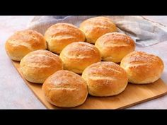 Fluffy buns: it's not the usual bread! Bread Machine Rolls, Bread Rolls, Fluffy Buns Recipe, Panini Bread, Wow Recipe, Pasta Maker, Romanian Food, Easy Bread Recipes, Easy Food To Make