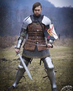 The truth is without snow. Barbut is equipped with a removable plume of horse tail. Medieval Life, Medieval Knight, Medieval Armor, Medieval Fantasy, Armor Clothing, Medieval Clothing, Larp, Grandeur Nature, Armadura Medieval