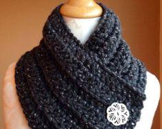 Gehaakte sjaal / Warm, zacht, en gezellig sjaal met 2 grote knoppen