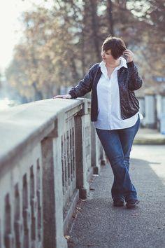 Paillettenblouson von Manon Baptiste. Kombiniert mit einem weißen Hemd und  Jeans. Foto: Anette