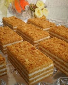 Neuvěřitelně chutný, sladký a velmi jednoduchý klasický recept na medové řezy. Nádivka ze zakysané smetany a cukru. Layered Desserts, Sweet Desserts, Sweet Recipes, Delicious Desserts, Cake Recipes, Dessert Recipes, Yummy Food, Czech Desserts, Russian Cakes
