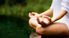 Женщина медитирует.