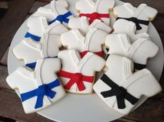 Cookies decorated like the tops of Karate or Taekwondo uniforms are perfect for a Martial Arts party or event. You can even specify what rank belt colors you want! and what flavor cookie you want (sugar cookies, chocolate chip cookies, etc. Karate Cake, Karate Party, Karate Birthday, 8th Birthday, Birthday Cake, Galletas Cookies, Iced Cookies, Royal Icing Cookies, Sugar Cookies