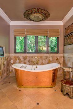Informação inusitada: esse banheiro é de uma casa de Miley Cyrus, sabia? Sua antiga mansão no Tennessee está a venda! Clique na foto para ver mais ambientes!