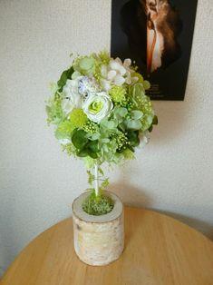 白樺のベースにグリーンのバラやアジサイ、ドライフラワー等を使ったトピアリーです。どの角度からもご覧いただけるようバラを3輪使用しています。径9~10cm高さ2... ハンドメイド、手作り、手仕事品の通販・販売・購入ならCreema。
