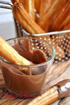 Vous aimez les Churros mais vous n'êtes pas très fan de friture, voici une recette très sympa à tester de toute urgence! Il s'agit de bâtonnets fins de choux, cuits au four.. à servir avec une sauce au chocolat ou simplement saupoudrés de sucre en poudre.....