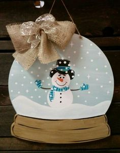 New winter door hangers signs ideas Burlap Crafts, Wooden Crafts, Christmas Wood, Christmas Crafts, Woodworking Jigsaw, Woodworking Bench, Woodworking Projects, Wooden Cutouts, Wooden Shapes