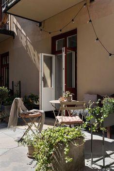 〚 Элегантность, практичность, уют: очень маленькая квартира со спрятанной кроватью в Швеции (29 кв. м) 〛 ◾ Фото ◾ Идеи◾ Дизайн Hidden Bed, Modern Aesthetics, Patio Chairs, Folding Chair, Home Projects, Elegant, Furniture, Stockholm, Sweden