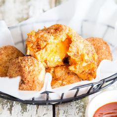 Außen knusprig, innen cremig und in der Mitte ein Kern aus würzigem Cheddar, der einem beim Abbeißen entgegen fließt - ein Süßkartoffel-Traum wird wahr!
