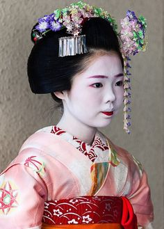 The stages of a Maiko training and how to tell a true geisha and maiko from someone dressed in costume